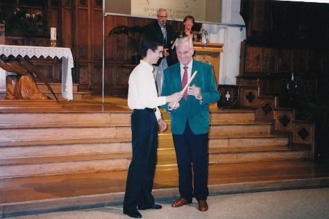 Entrega de la placa conmemorativa de la III Semana Musical Aita Donostia de manos del Presidente del Orfeón Donostiarra, José Mª Echarri, 2000