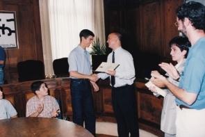 Entrega de diploma de manos del alcalde de S.S. Odón Elorza, por el concierto de piano ofrecido con motivo de la inauguración del Auditorio Kursaal, 1999