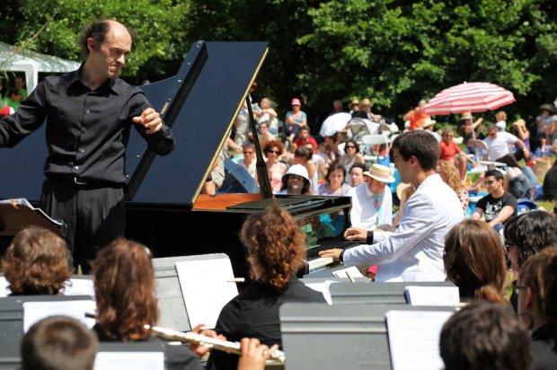 """Pianista solista en """"Rhapsody in blue"""" de G. Gershwin junto con la Banda de Deba en Musika Parkean, 2011"""